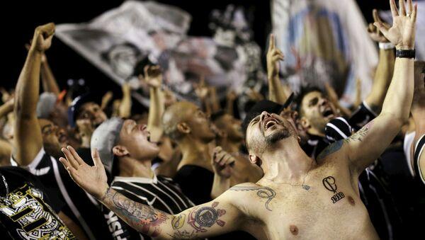 Футбольные фанаты празднуют победу Corinthians на стадионе в Рио-де-Жанейро