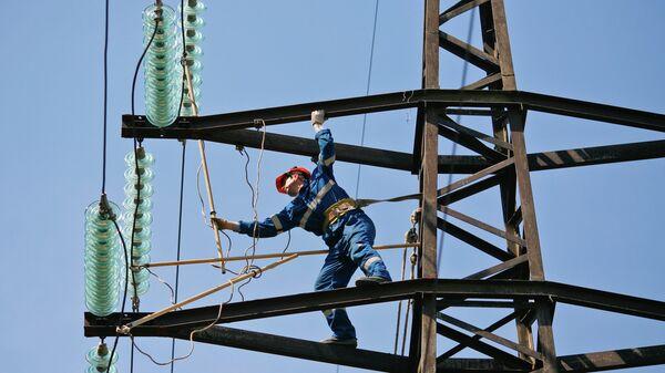 Монтажник проводит ремонт на линии электропередач