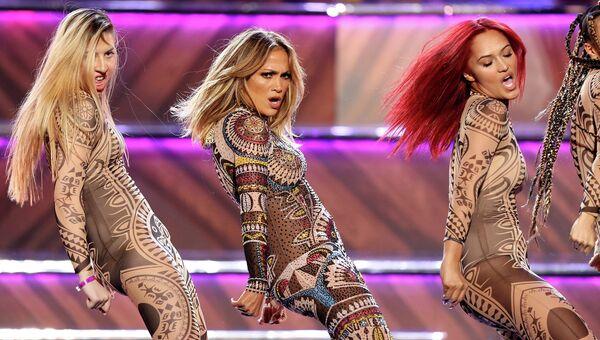 Американская актриса, певица, танцовщица Дженнифер Лопес выступает на церемонии вручения премии American Music Awards