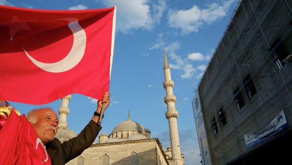 Продавец флагов на улице Стамбула, Турция, архивное фото