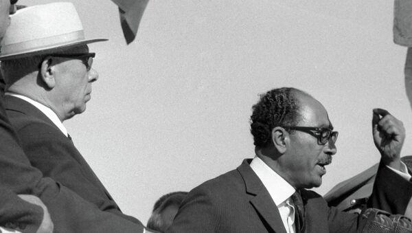 Президент ОАР Анвар Садат (справа)