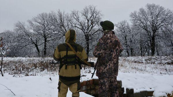 Военнослужащие Народной милиции ЛНР (бригада Призрак) на позициях в поселке Донецкий на линии соприкосновения