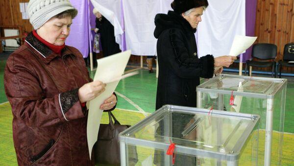 Женщины на избирательном участке в Мариуполе