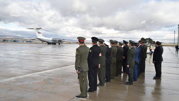 Российский самолет с телом погибшего пилота Су-24 Олега Пешкова покидает аэропорт Анкары, Турция