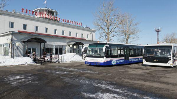 Пассажиры выходят из здания аэропорта в Петропавловске-Камчатском