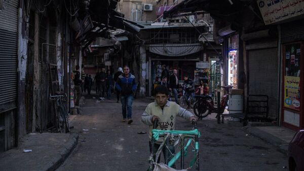 Люди на одной из улиц в Дамаске. Архивное фото
