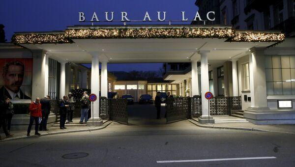 Представители СМИ возле отеля, где производится арест должностных лиц ФИФА в Цюрихе, Швейцария