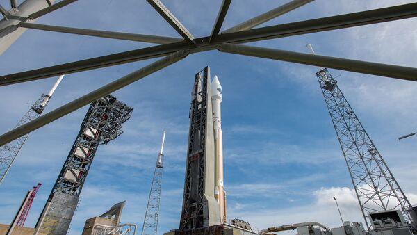 Ракета Atlas V с грузовым кораблем Cygnus на стартовой площадке космодрома на мысе Канаверал, США