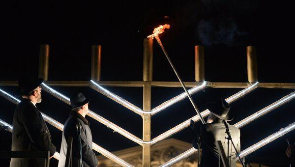 Церемония зажжения ханукальной свечи. Архивное фото