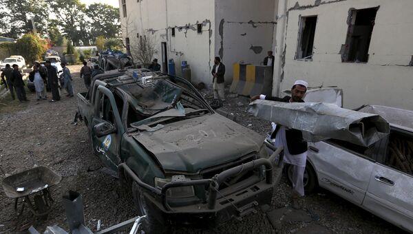 Взорванный автомобиль рядом с полицейским участком в восточной провинции Афганистана Нангархар. 7 декабря 2015