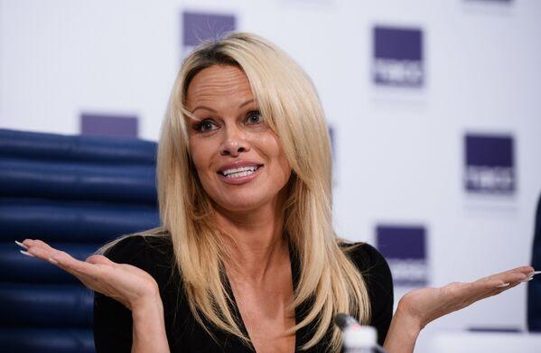 Актриса и фотомодель Памела Андерсон, известная своей активной позицией в области охраны животных, на пресс-конференции в Москве