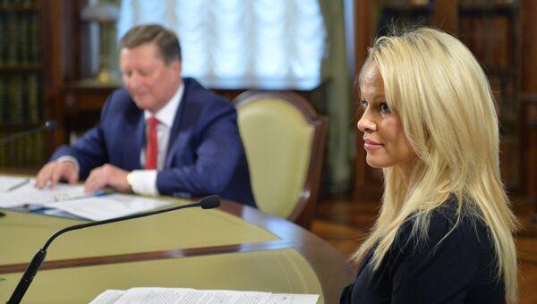 Руководитель администрации президента РФ Сергей Иванов и член косультативного совета Международного фонда защиты животных IFAW Памела Андерсон во время встречи в Кремле