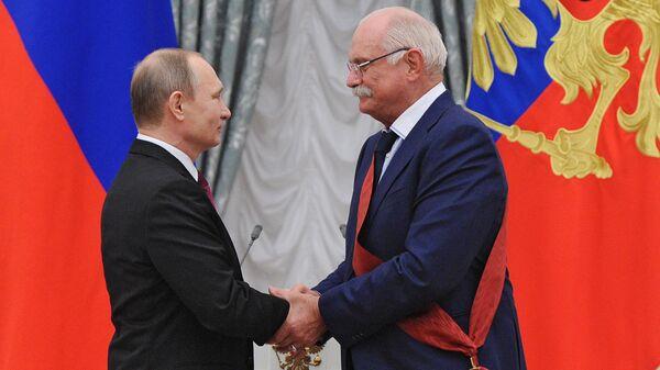 Президент России Владимир Путин и режиссёр Никита Михалков на церемонии вручения государственных наград
