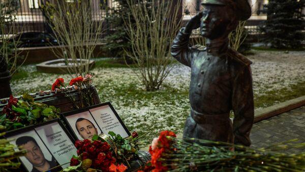 Портреты погибших в Сирии подполковника Олега Пешкова и матроса Александра Позынича перед зданием Министерства обороны РФ в Москве. Архивное фото