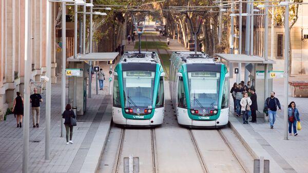 Улица Рамона Триаса Фаргаса, по которой проходит трамвайная линия в Барселоне