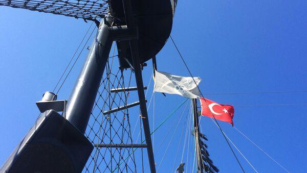Флаги на мачте туристического корабля одного из отелей Антальи