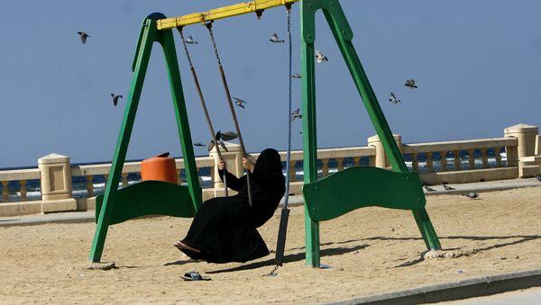 Женщина качается на качелях в парке в Саудовской Аравии