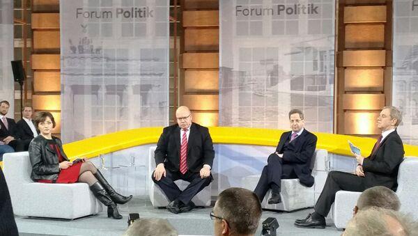 Глава ведомства канцлера Петер Альтмайер и федерального ведомства по защите конституции Ганс Георг Маасен на форуме в Берлине