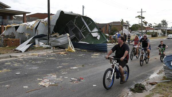 Жители Сиднея на улицах после шторма с ураганом. Декабрь 2015