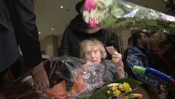Приехавшую в РФ баронессу фон Дрейер в день ее 100-летия встретили цветами