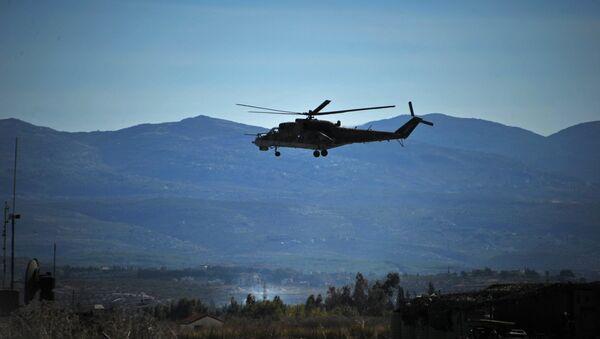 Вертолет Ми-24 Воздушно-космических сил РФ совершает облет территории авиабазы Хмеймим в Сирии. Архивное фото