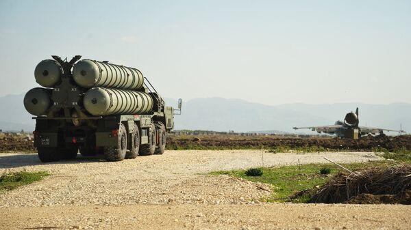 Зенитно-ракетный комплекс С-400 во время заступления на боевое дежурство на российской авиабазе Хмеймим . Архивное фото