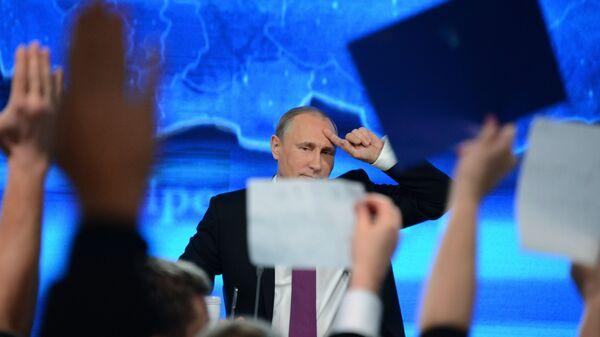 Президент России Владимир Путин отвечает на вопросы журналистов в ходе большой ежегодной пресс-конференции. Архивное фото