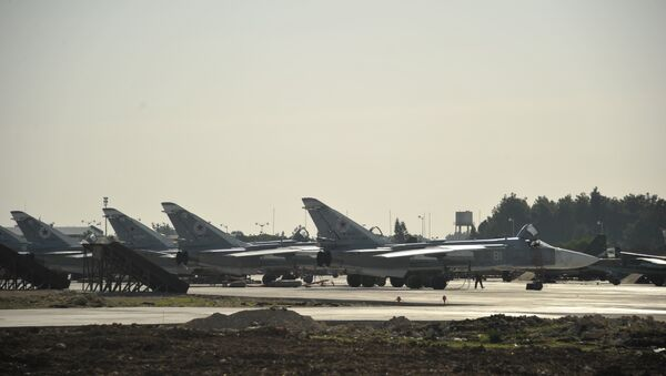 Фронтовой бомбардировщик Су 24 на аэродроме в Сирии. Архивное фото