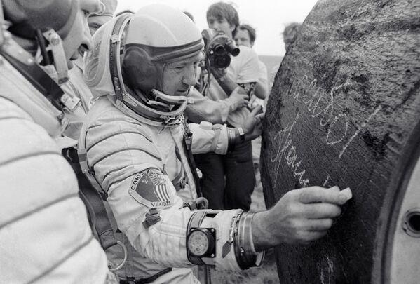 Летчик-космонавт СССР Алексей Леонов оставляет автограф на спускаемом аппарате после приземления. 1975 год