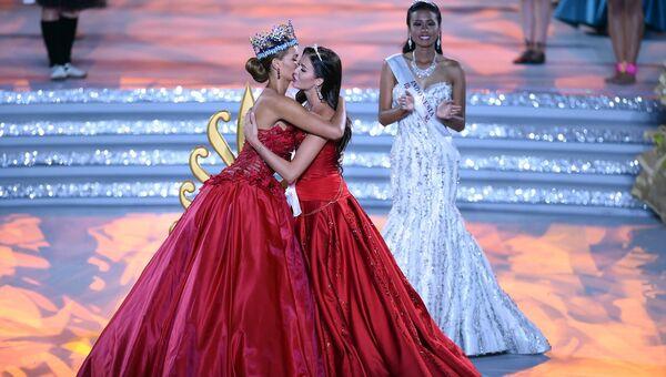 Мисс мира-2014 поздравляет Софию Никитчук с титулом вице-мисс в финале конкурса Мисс Мира-2015 в китайском городе Санья на острове Хайнань