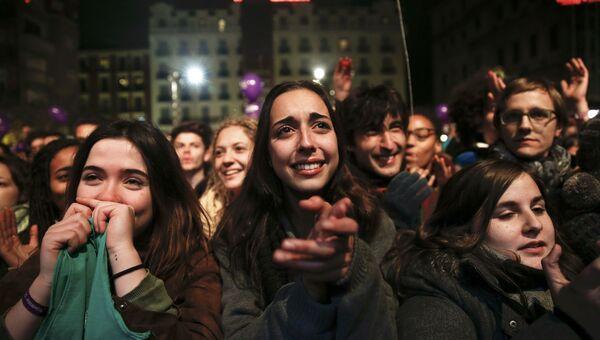 Сторонники Podemos реагируют на обращение лидера партии Пабло Иглесиаса после парламентских выборов в Испании