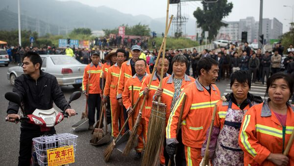 Уборщики на месте оползня в Китае, 21 декабря 2015