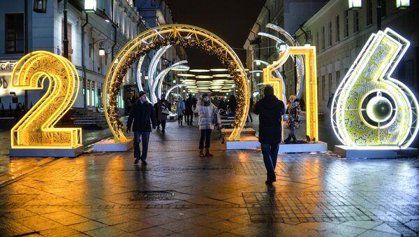 Прохожие на Рождественской ярмарке, где установлены световые инсталляции в рамках Международного фестиваля Рождественский свет в Камергерском переулке в Москве