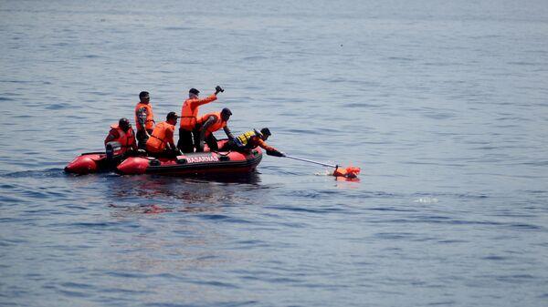 Поисково-спасательные работы на месте крушения парома у берегов Индонезии. 24 декабря 2015