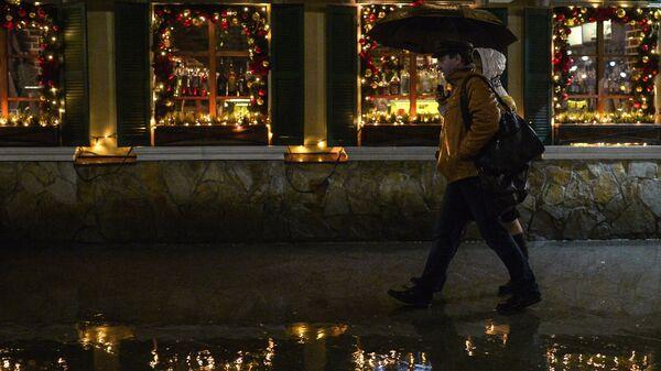 Прохожие во время дождя на Пятницкой улице в Москве