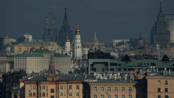 Вид на Московский Кремль и Храм Христа Спасителя со смотровой площадки РАН. Архивное фото