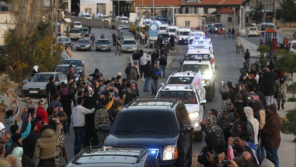 Автоколонна с ранеными боевиками из сирийского города Забадани пересекает ливанскую границу на КПП Маснаа