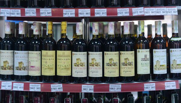 Алкогольная продукция Массандра на крытом рынке в Симферополе. Архивное фото
