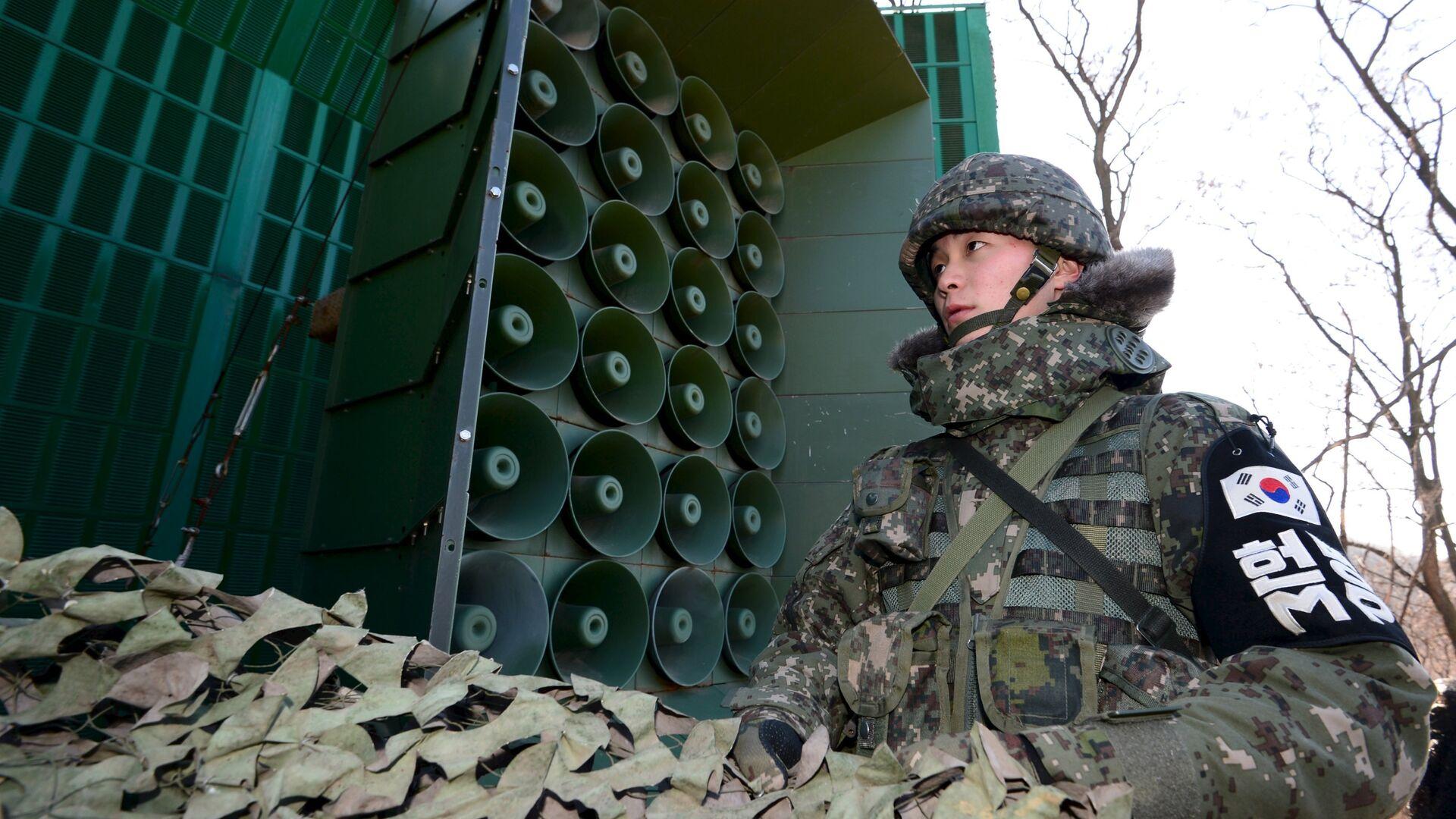Южнокорейский военнослужащий готовит громкоговорители для пропагандистского вещания на границе с КНДР, 8 января 2016 - РИА Новости, 1920, 29.08.2020