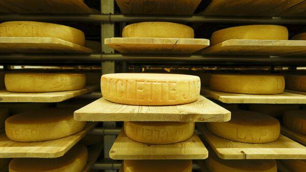 В Псковской области таможенника заподозрили в краже швейцарского сыра