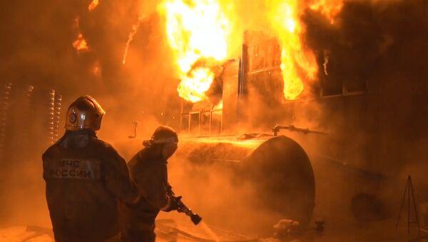 Пожарные тушат пламя. Архивное фото