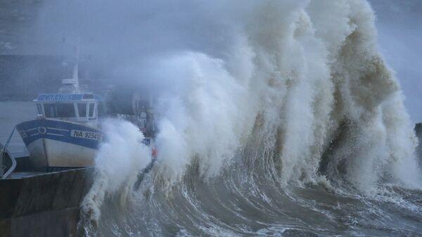 Волны во время шторма в рыбацкой гавани во Франции