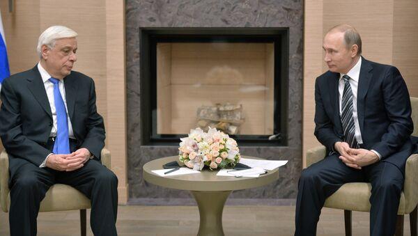 Президент Греческой Республики Прокопис Павлопулос и президент России Владимир Путин во время встречи в резиденции Ново-Огарево