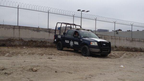 Машина федеральной полиции у тюрьмы в Мексике