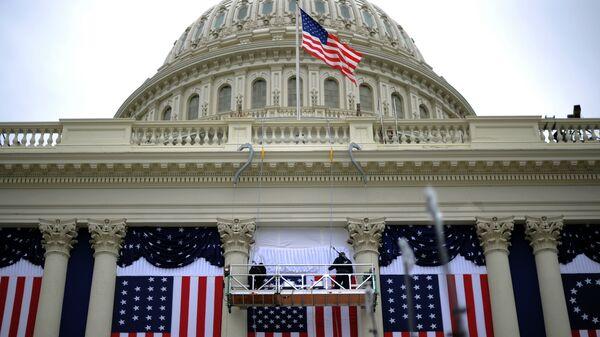 Флаги США на здании Капитолия в Вашингтоне, архивное фото