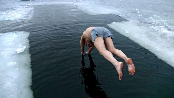Как правильно купаться на Крещение без угрозы для здоровья: советы днепрянам