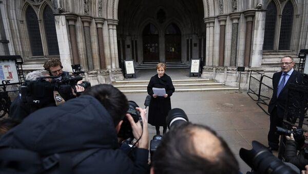 Жена Александра Литвиненко Марина зачитывает приговор возле здания суда в Лондоне. Архивное фото