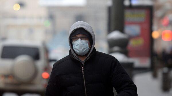 Житель Москвы в защитной маске