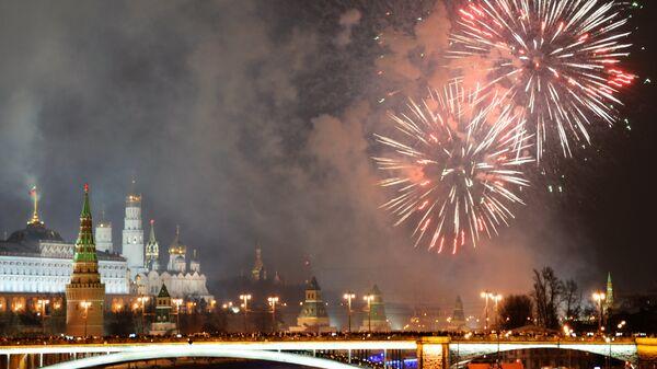Праздничный фейерверк в Москве в новогоднюю ночь