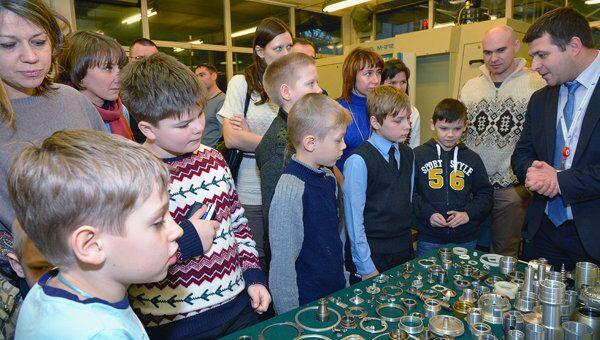 Ученики начальных классов вологодского Учебного центра Мезон на Вологодском оптико-механическом заводе